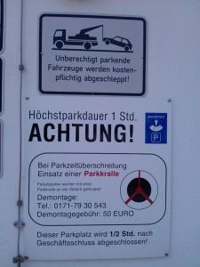 Parkplatzschild vor Edeka